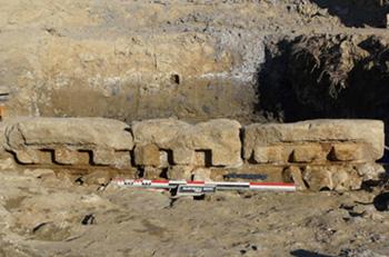 Blocs de corniche appartenant à un probable temple  de Narbonne réutilisés pour le bas-côté de la chaussée.