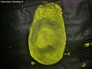 Empreinte digitale révélée sur un matériau en plastique.