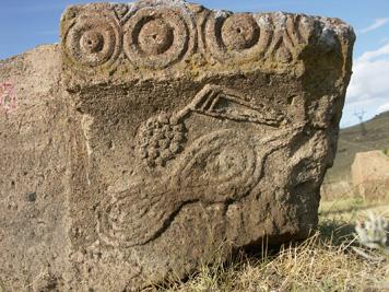 Ereruyk, imposte avec oiseau à « ruban sassanide » et grappe de raisin