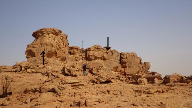 Espolón rocoso en el que se distinguen varios grabados de dromedarios. Foto: CNRS/MADAJ, G. Charloux.