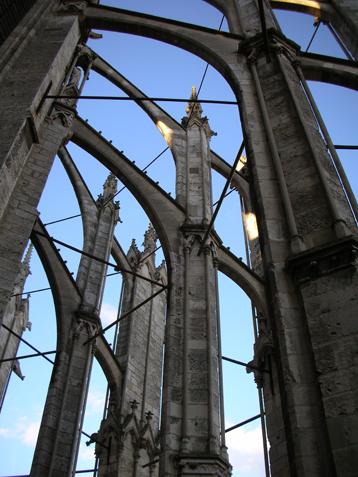 Tirants en acier entre les arcs-boutants de la cathédrale de Beauvais. © P. Dillmann